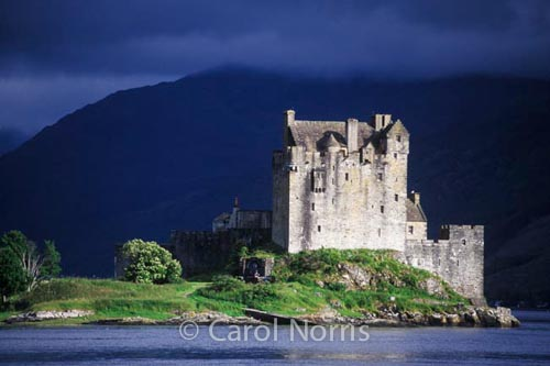 European-Scotland-castle-eilean-donan-dramatic-light