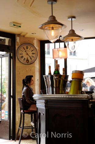 bar-cafe-waiting-clock-time-Paris