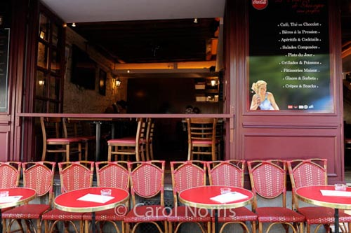 cafe-table-chairs-montmartre-Paris