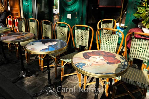 cafe-tables-montmartre-paris